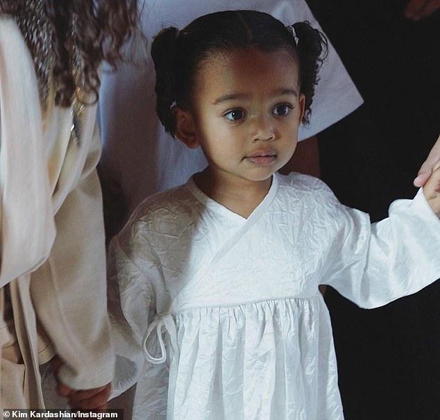 Kim Kardashian bi nem da khi dien do bo sat sexy vao nha tho hinh anh 4