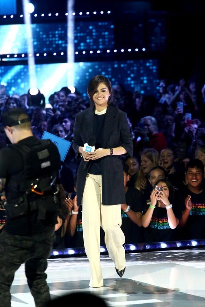 Selena Gomez chuong mot tha rong hoac de lo noi y khi dien suit hinh anh 4
