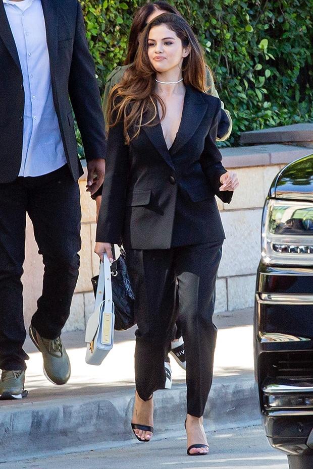 Selena Gomez chuong mot tha rong hoac de lo noi y khi dien suit hinh anh 1