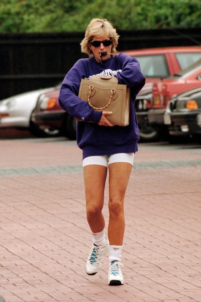 Hailey Bieber nhieu lan bi bat gap mac do giong Cong nuong Diana hinh anh 3