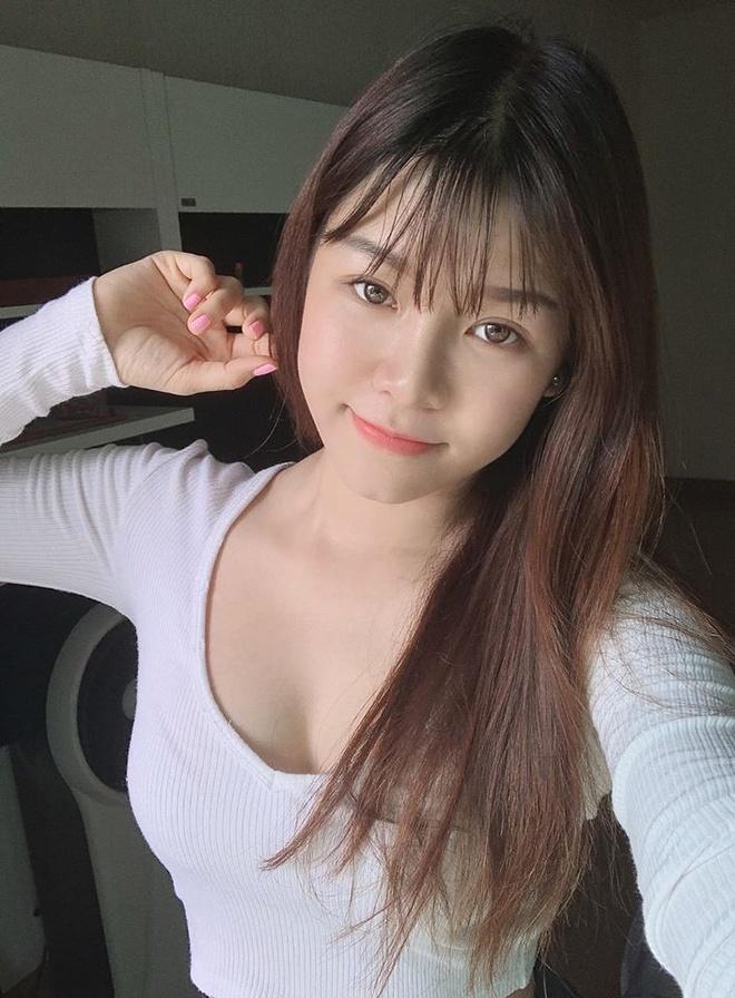 Ben canh bikini, Yen Xuan thich mac do bo sat, vay khoe lung tran hinh anh 4