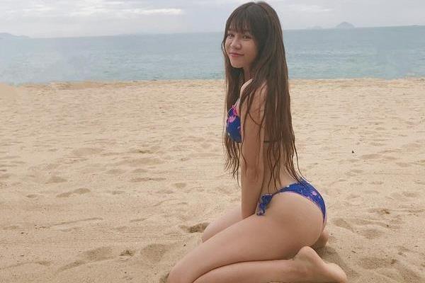 Ban gai Lam Tay mac biniki, khoe than hinh tren cat hinh anh