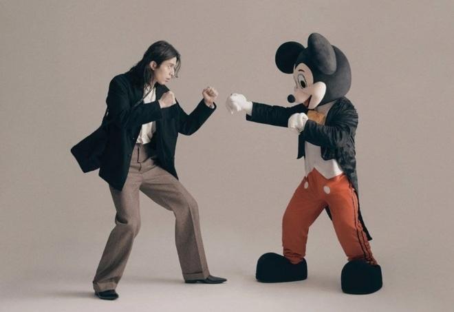 Lee Dong Wook gay tranh cai khi mac do Mickey, de toc xoan dai hinh anh 5