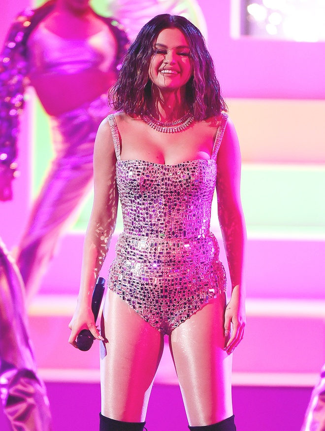 Selena Gomez va dan sao nu thich dien bodysuit khoe co the hinh anh 4