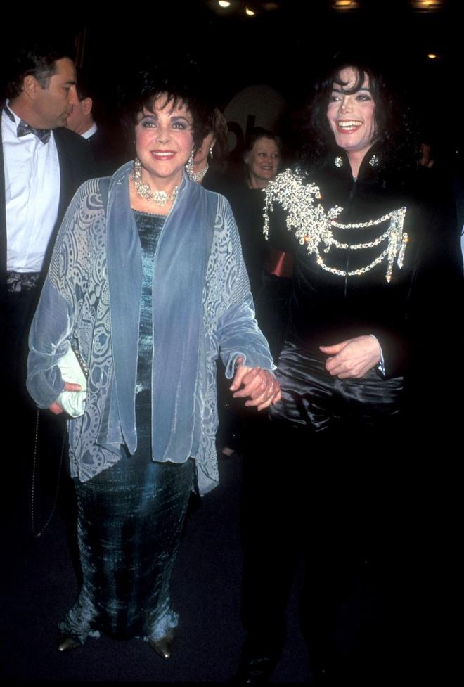 Kim Kardashian bi nem da khi mua ao cua Michael Jackson cho con gai hinh anh 2 NINTCHDBPICT000549941704.jpg