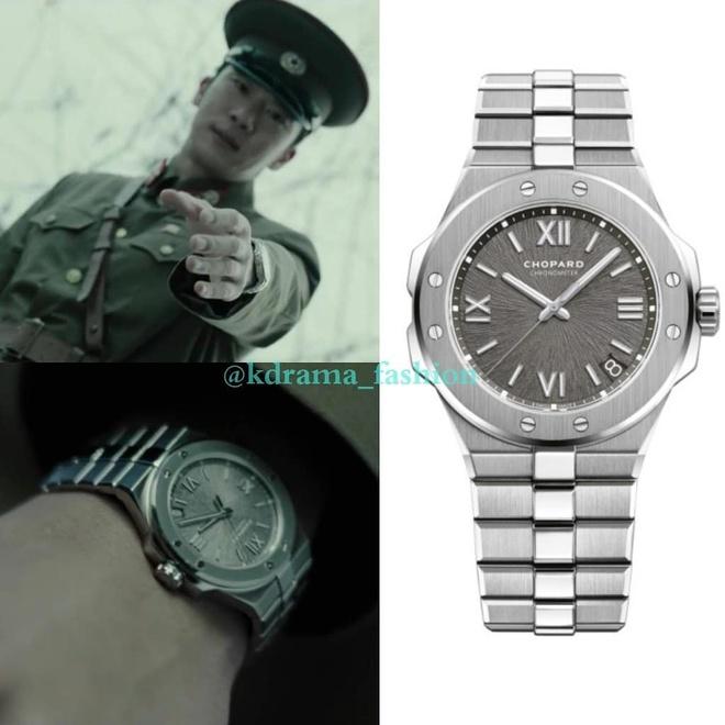 Không chỉ chăm lo cho bản thân, Hyun Bin còn thể hiện độ chịu chơi với anh trai mình bằng việc tặng chiếc đồng hồ Chopard Alpine Eagle Large. Món đồ này hiện có giá gần 13.000 USD trên web của hãng.