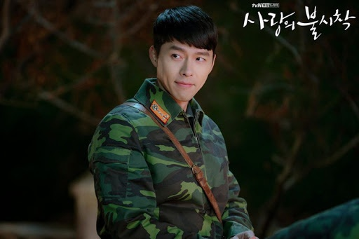 Hạ cánh nơi anh đang có những tình tiết hấp dẫn và nhận được nhiều sự quan tâm của tín đồ mê phim Hàn. Ngoài bộ đồng phục quân đội, Ri Jung Hyeok (Hyun Bin thủ vai) còn diện đồ thoải mái thường ngày. Dù mặc trang phục đơn giản, chàng sĩ quan Triều Tiên vẫn