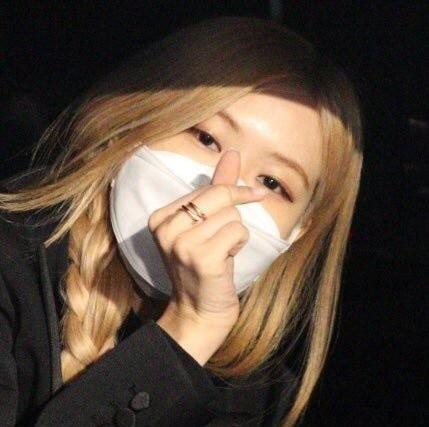 BlackPink, EXO phoi do sanh dieu cung khau trang tai san bay hinh anh 1 7_BLACKPINK_Rose_Wears_Mask_at_airport_amid_coronavirus_outbreak_1.jpeg
