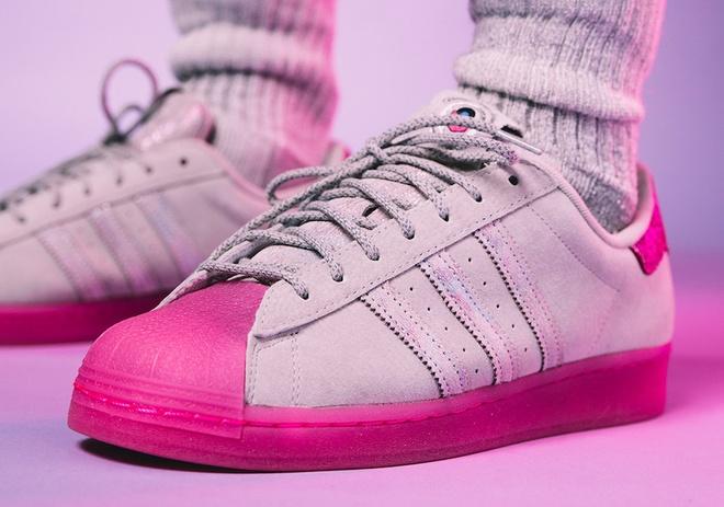 Hang adidas ra mat 6 doi giay moi, dan tinh khen vua re vua dep hinh anh 3 adidas_Superstar_Chicago_FX3464_1.jpg