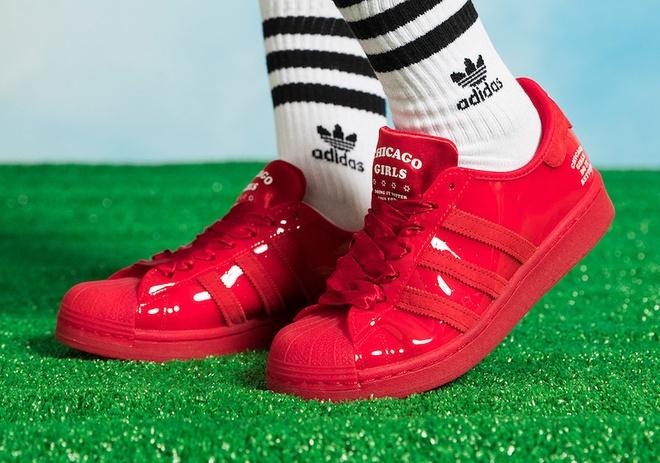 Hang adidas ra mat 6 doi giay moi, dan tinh khen vua re vua dep hinh anh 6 adidas_Superstar_Chicago_Girls_FX3471_1.jpg