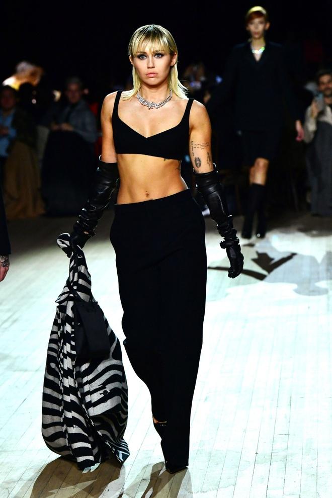 Miley Cyrus dien mot tha rong khi roi khach san hinh anh 2 miley_ra.jpg