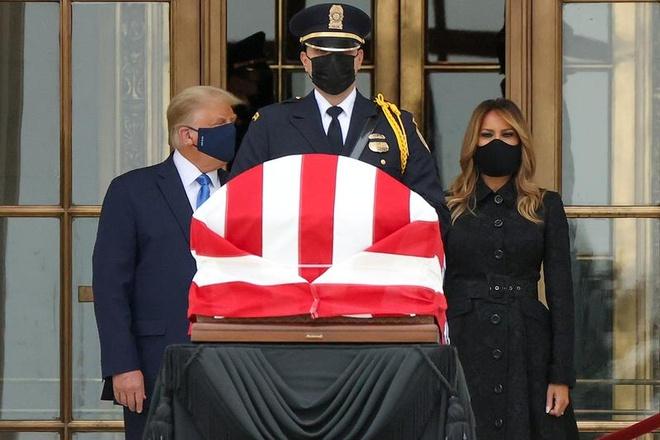 Ong Trump bi la o khi den vieng co tham phan Ginsburg anh 1