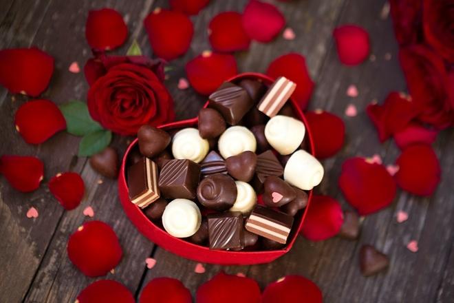 2. Chocolate trở thành quà tặng trong ngày Valentine từ năm nào?                         1902 1912 1922 Năm 1902, một slogan được dập nổi trên những miếng chocolate là
