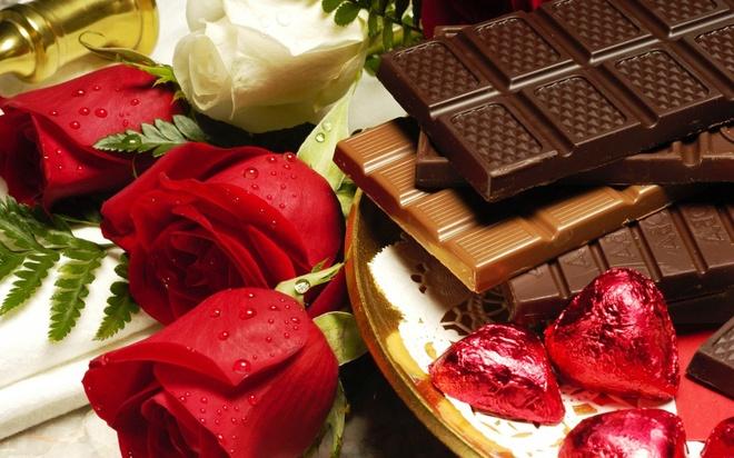 """5. Bên cạnh chocolate, tặng hoa hồng trong lễ tình nhân có ý nghĩa gì?Tình yêu mãnh liệtTiếng sét ái tìnhSự chung thủy                         Tương truyền rằng, hoa hồng đỏ được coi là hoa thánh dành cho Thần Vệ Nữ, nữ thần Sắc Đẹp. Màu đỏ tượng trưng cho tình yêu mãnh liệt.  Hoa hồng mang thông điệp """"Anh yêu em"""" (Em yêu anh) đối với đối phương."""