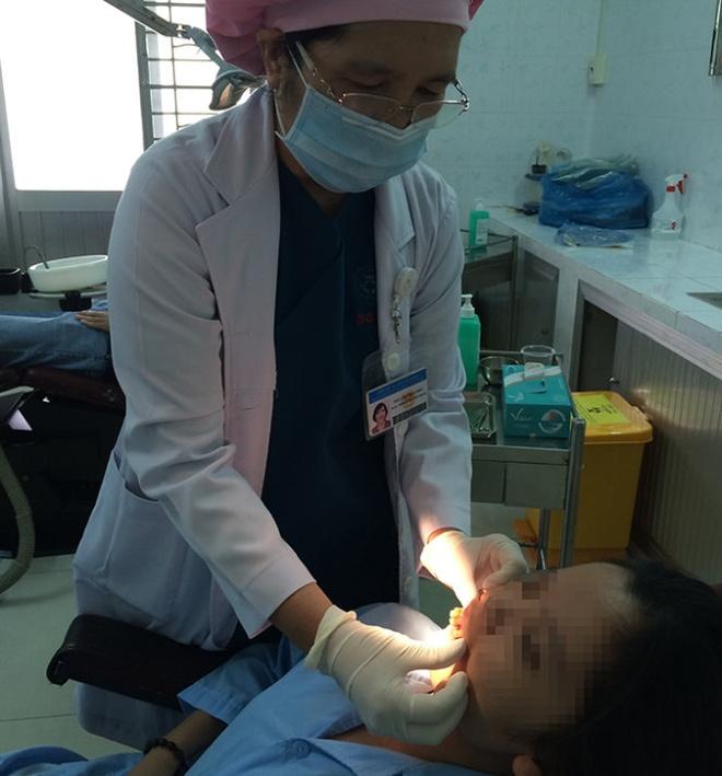 Khi rang lech, lung lay hinh anh 1 Bác sĩ Nguyễn Thúy Châu khám răng cho bệnh nhân T.T.B.H. - Ảnh: L.TH.H.