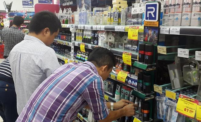 Khách hàng nam chọn mua hàng mỹ phẩm - Ảnh: Tiến Long