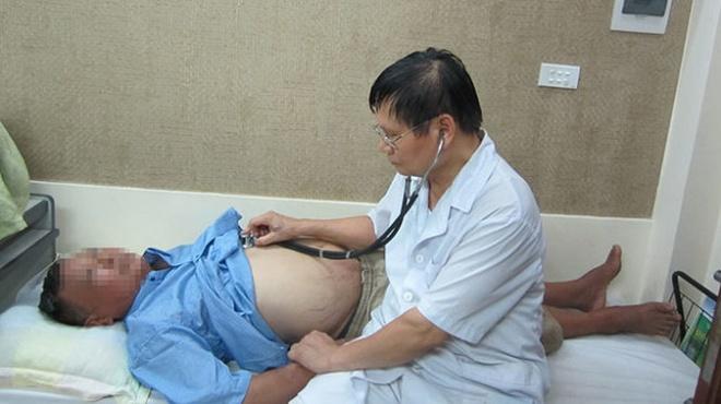 Phu toan than vi giun san hinh anh 1 GS.TS Nguyễn Văn Đề thăm khám lại cho ông H. sau khi hết phù - Ảnh: T.L.