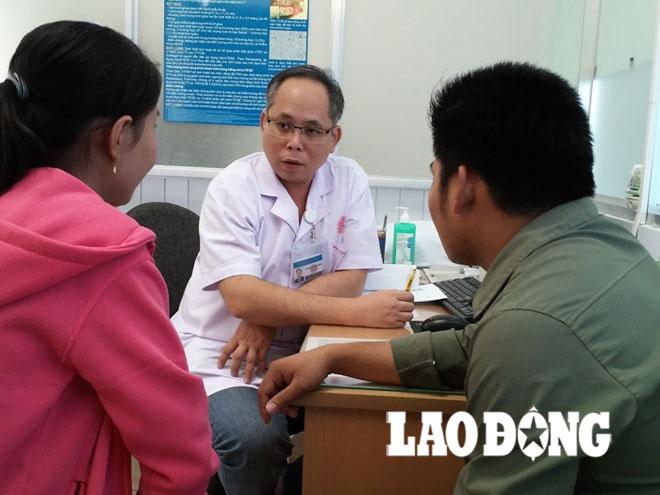 Bác sĩ Mai Bá Tiến Dũng - Trưởng khoa Nam học (Bệnh viện Bình Dân) - đang tư vấn cho một cặp vợ chồng mong con lặn lội từ ngoài Bắc vào điều trị.