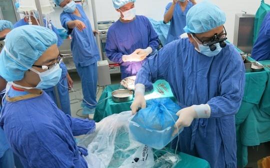 Nhung hinh anh lan dau cong bo ve ca ghep tang xuyen Viet hinh anh 7 Có mặt tại BV lúc 23h30 đêm 4/9, quả tim được đưa và phòng mổ để chuẩn bị các bước trước khi ghép cho bệnh nhân suy tim.