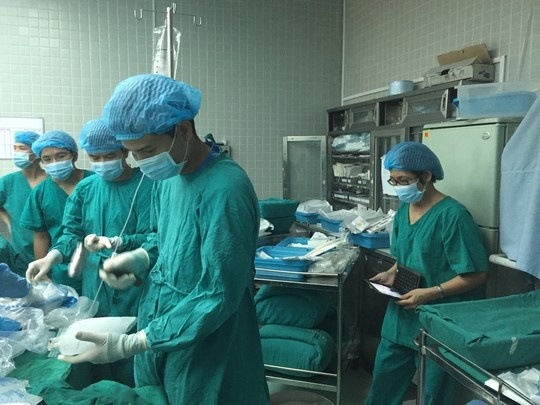 Nhung hinh anh lan dau cong bo ve ca ghep tang xuyen Viet hinh anh 3 Đập đá để chuẩn bị bảo quản tạng sau khi được đưa ra khỏi ổ bụng.