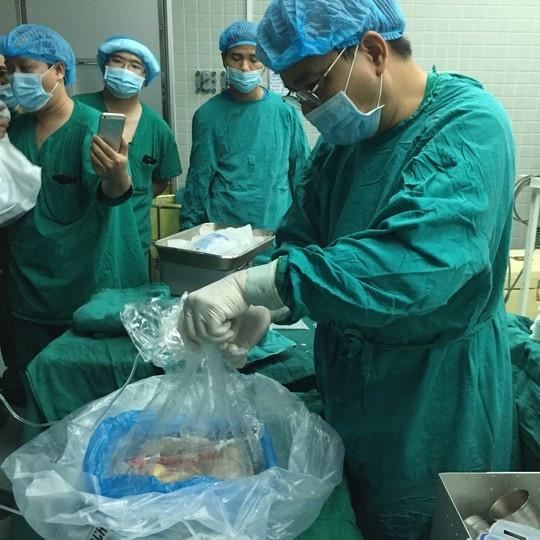 Nhung hinh anh lan dau cong bo ve ca ghep tang xuyen Viet hinh anh 5 Quả tim sau khi phẫu thuật lập tức được bảo quản trong dung dịch đặc biệt và cho một túi nilon sau đó bỏ vào thùng đá.