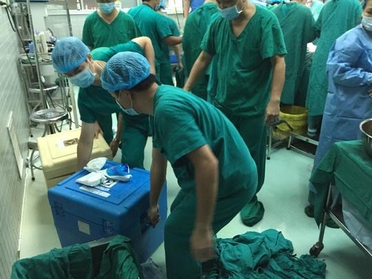 Nhung hinh anh lan dau cong bo ve ca ghep tang xuyen Viet hinh anh 6 Ngay lập tức quả tim và gan được vận chuyển ra xe cứu thương để đưa thẳng ra sân bay Tân Sơn Nhất lên chuyến bay về Hà Nội.
