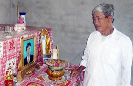 Ông Nguyễn Ngọc Thu thắp nhang cho con trai và con dâu trong căn nhà hoang không người ở. Ảnh: PHƯƠNG NAM