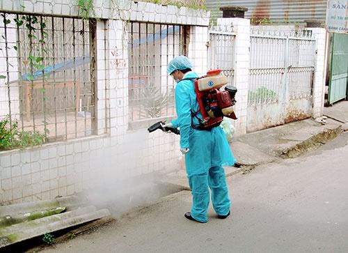 Thuốc phun diệt muỗi hiện nay được Bộ Y tế sử dụng để dập dịch sốt xuất huyết ở các cụm dân cư không gây độc đối với sức khỏe con người.