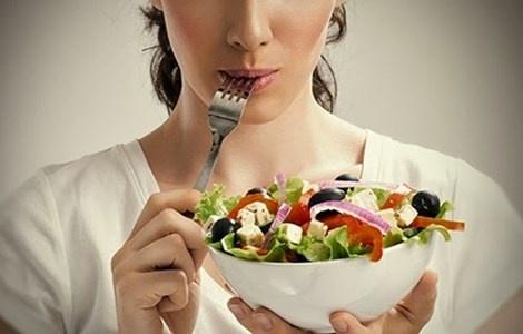 8 nguyen tac de an day du ma khong tang can hinh anh 1  Không nên để bụng đói vì chúng sẽ khiến bạn kiệt sức. Hình minh họa.