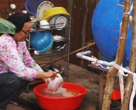 Cach nhan biet chat luong nuoc dang su dung hinh anh 1  Nhiều hộ dân ở TP.HCM vẫn còn sử dụng nước nhiễm khuẩn. Ảnh: TRẦN NGỌC