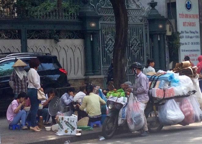 Hiem hoa tu bua an trua cua sinh vien hinh anh 1 Liên tục các xe tiếp hộp nhựa đến giao hàng cho các gánh hàng rong - Ảnh: MH