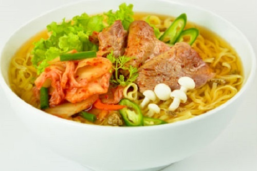 Cach an mi tom khong gay hai cho suc khoe hinh anh 1 Khi ăn mì tôm nên kết hợp rau xanh và thịt.