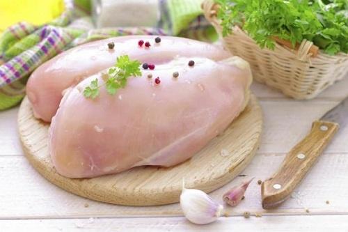 Bạn nên nấu chín thịt gà để tránh bị nhiễm độc.