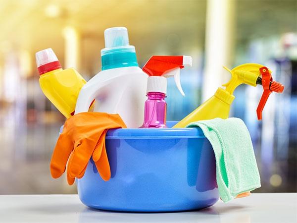 7 thu nguy hiem khong ngo o trong gia dinh hinh anh 3  Sản phẩm làm sạch nhà bếp Chúng ta thường sử dụng các sản phẩm chất lỏng làm sạch để làm sạch kính cửa sổ, chậu rửa, bàn bếp, chậu rửa, vv Nên tránh sử dụng các sản phẩm làm sạch như vậy vì chúng chứa các hóa chất độc hại mà rất có hại cho sức khỏe của bạn. Bạn có thể sử dụng chất tẩy rửa tự nhiên thay vì như dấm, baking soda, hydrogen peroxide, nước cốt chanh, vv