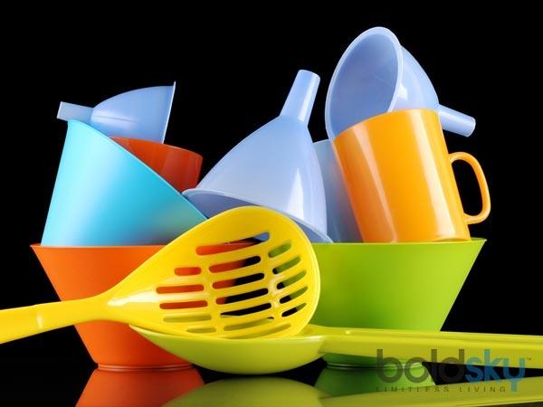 7 thu nguy hiem khong ngo o trong gia dinh hinh anh 5 Chai và hộp nhựa  Nhựa chứa một chất độc gọi là bisphenol A (BPA). Chất này bị rò rỉ từ các thùng chứa nhựa vào thực phẩm. Điều này có thể gây vô sinh, tổn thương não, tiểu đường, bệnh tim và tăng cân. Do đó, tránh đun nóng và lưu trữ thực phẩm  trong hộp nhựa.