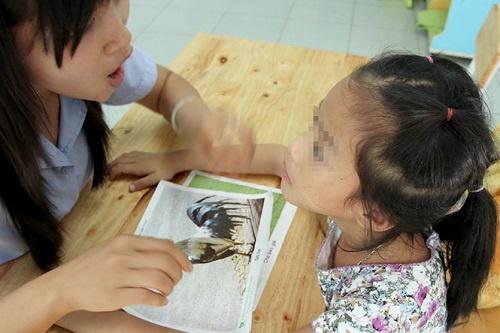 Tran ai cham con tu ky, cha me mo mam tim duong hinh anh 1 Trẻ tự kỷ đang được giáo viên Trường giáo dục chuyên biệt Khai Trí ( Q. Bình Thạnh, TP.HCM) hướng dẫn phát âm - Ảnh: N.C.T.