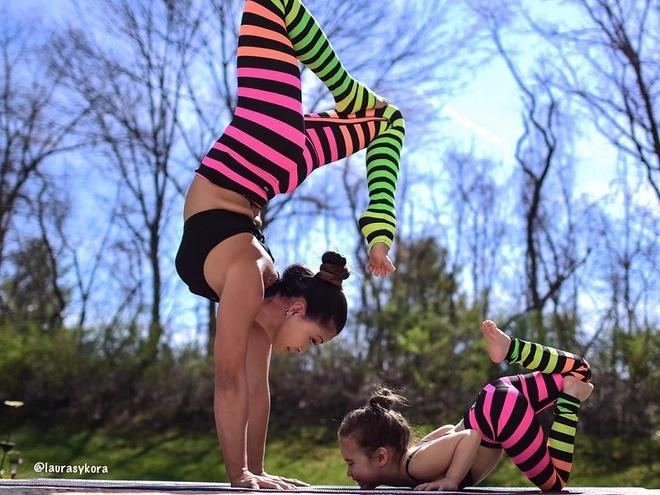 Bo anh tap yoga cung con cua ba me noi tieng tren Instagram hinh anh