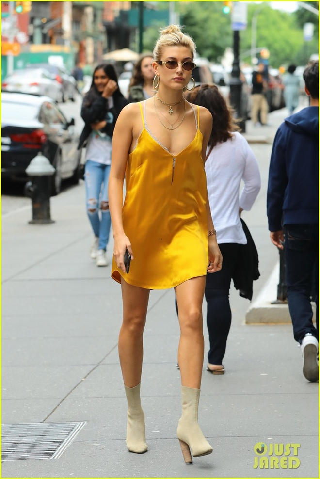 Hailey Baldwin dien slip dress anh 1