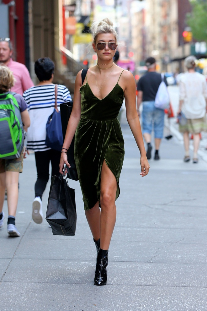 Hailey Baldwin dien slip dress anh 3