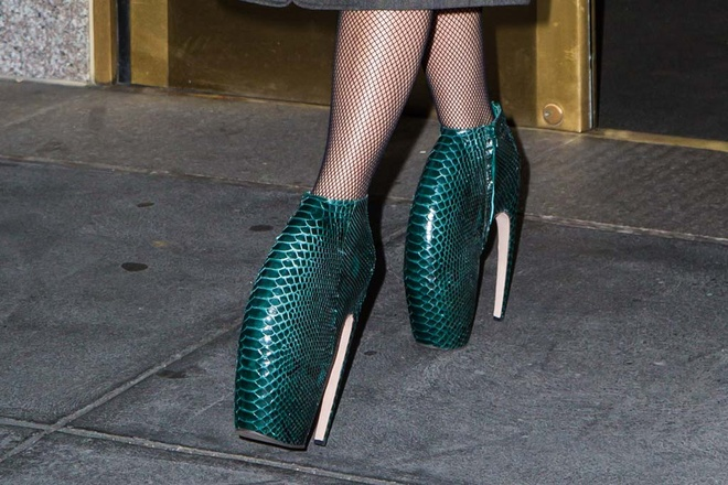 Nhung doi giay quai di cua Lady Gaga duoc thiet ke the nao? hinh anh