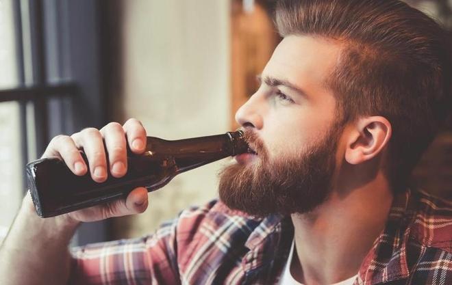 Ban hap thu bao nhieu calo trong mot chai bia? hinh anh
