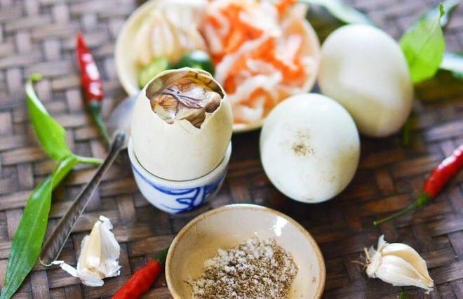 Ai không nên ăn trứng vịt lộn?