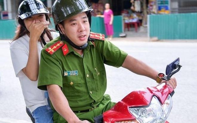 Cong an dua thi sinh Ha Giang di thi: 'Toi den nha, em con dang ngu' hinh anh