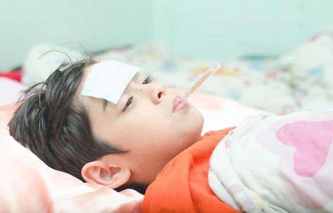 Những điều bố mẹ cần làm khi trẻ bị sốt