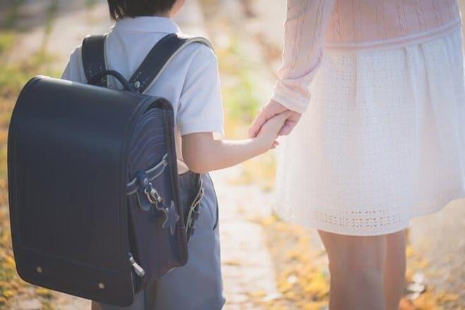 Tác hại khôn lường khi trẻ đeo cặp sách quá nặng