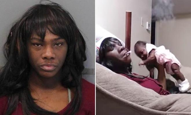 Người phụ nữ bị bắt giữ vì vừa hút thuốc vừa ném con một tháng tuổi