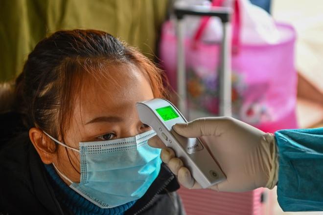 Người dân có dấu hiệu sốt, ho, cảm cúm khi đi mua thuốc phải báo họ tên, địa chỉ cho cơ sở bán lẻ thuốc. Ảnh: Việt Linh.