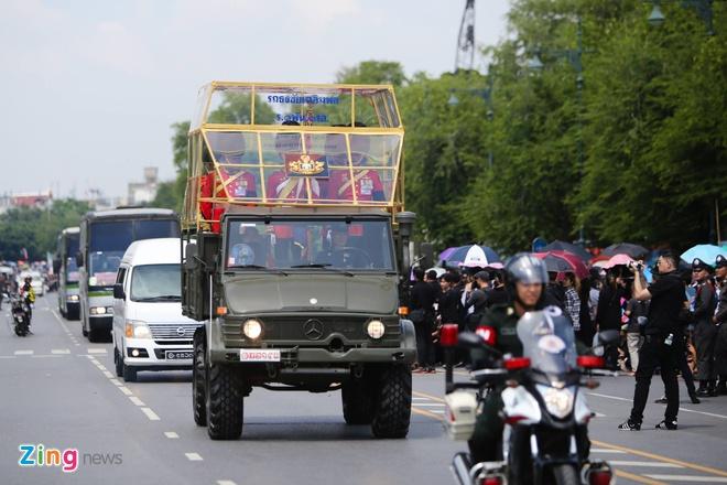 Doan xe dua linh cuu quoc vuong Thai Lan ve toi Hoang cung hinh anh