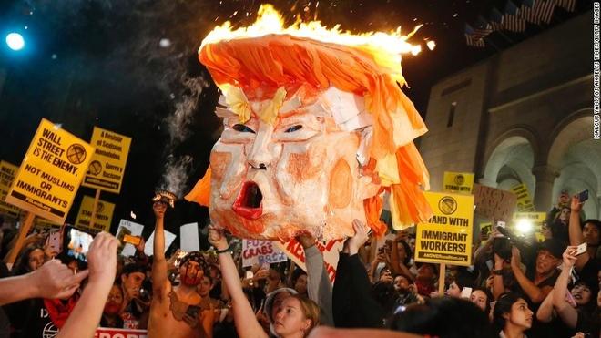 Bieu tinh chong Trump lan rong tai My hinh anh