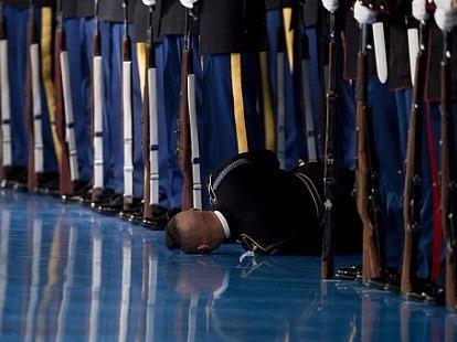Linh My ngat xiu truoc mat Obama trong le chia tay hinh anh